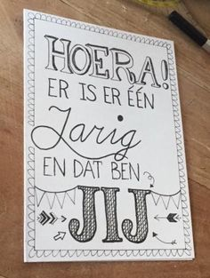 Handlettering jarig Hand Lettering Alphabet, Hand Lettering Quotes, Doodle Lettering, Brush Lettering, Birthday Quotes, Birthday Cards, Handlettering For Beginners, Bff, Birthday Blessings
