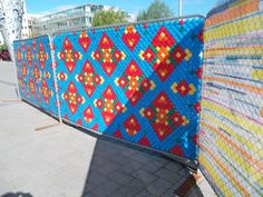 Blue Red Yello Graffiti Chain Link Fence Art Design Ideas Put in Cups Fence Weaving, Garden Fence Art, Art Public, Link Art, Chain Link Fence, Flag Art, Cup Art, Metal Fence, Yarn Bombing