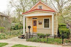 petite-maison-bois-clair-toiture-rouge-clôture-métallique