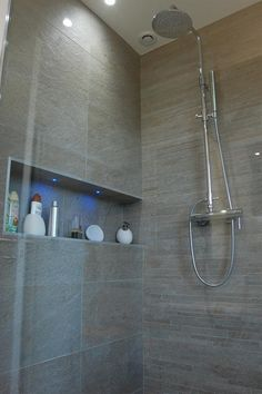 Douche italienne et niche avec incrustation de leds Italian shower and niche with inlay of leds Upstairs Bathrooms, Small Bathroom, Master Bathroom, Large Bathrooms, Bathroom Layout, Bathroom Interior Design, Relaxing Bathroom, Bad Inspiration, Bathroom Hardware