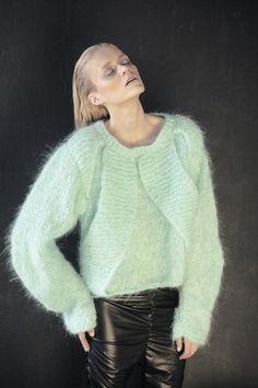 Сейчас одно из самых популярных направлений в вязаной моде — вязание из толстой или очень толстой пряжи. Ни одного крупного производителя пряжи не обошла стороной эта тенденция. Есть марки, которые выпускают только очень толстую пряжу — это их конёк. Дизайнеры тоже не остались в стороне — уже несколько сезонов по подиуму дефилируют модели в свитерах, кофтах, кардиганах, пальто, шарфах и шапках из толстой пряжи.
