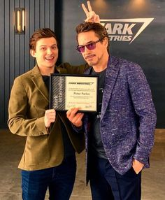 robert downey jr and tom holland Marvel Comics, Marvel Jokes, Marvel Funny, Marvel Heroes, Captain Marvel, Tony Stark, The Avengers, Tom Holand, Robert Downey Jr.