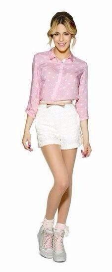 Pinke Bluse Weiße Hotpants