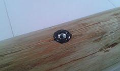 Detalhe do Parafuso encravado na madeira e isolado com pixe