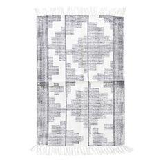 Läufer Teppich Eve von House Doctor mit grafischem Muster Der Baumwoll Läufer Eve ist ein frischer, heller Läufer der mit seinem dunkeln Print aus grafischen Elementen wie Linien, Streifen und Kreiselementen allein durch die Anordnung...