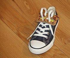 Qual a importância de ensinarem as crianças a amarrarem os sapatos? Meu filho tem 6 anos e toda hora me pede para ensinar a amarrar sua chuteira. Qual a idade certa para ensinar o meu filho a amarrar seu sapato?