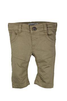 Jongens broek Sand van het kinderkleding merk Dirkje babywear.  Dit is een lange broek in het zand beige, deze effen broek is voorzien van een knoop sluiting en je kan de broek in de taille verstellen. De broek heeft 2 zijdelingse en 2 achterzakken.