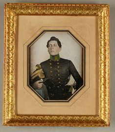 Junger Soldat, schwarzgraue Uniformjacke, grüner Kragen, Tschakko, koloriert