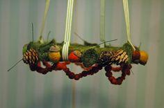 Tovad krans med rönnbär ekollon och blad