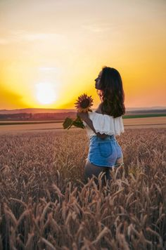 Summer Photography, Girl Photography Poses, Sunflower Fields, Senior Girls, Friend Pictures, Ideas Para, Selfies, Cozy, Posts