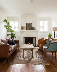 This cozy southern eclectic nashville home is filled with unique items found in antique stores, flea markets and on craigslist. the couple has worked hard Cozy Living Rooms, My Living Room, Small Living, Home And Living, Modern Living, Living Room Decor Eclectic, Living Room Oriental Rug, Craftsman Living Rooms, Craftsman Fireplace