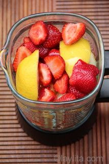 Homemade Strawberry Lemonade - Laylita's Recipes - - Easy and quick homemade strawberry lemonade recipe, made in the blender using lemons, strawberries and honey. Replace lemons with limes for strawberry limeade. Smoothie Drinks, Healthy Smoothies, Healthy Drinks, Smoothie Recipes, Healthy Snacks, Healthy Recipes, Simple Smoothies, Yogurt Recipes, Fruit Smoothies