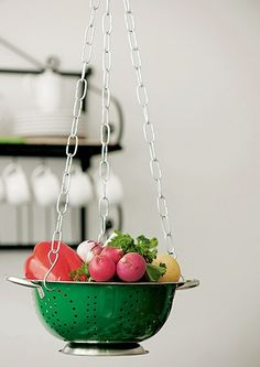 Olha ele aí de novo: com correntes para vasos, você monta em um instante um suporte para deixar legumes e outros ingredientes à mão na hora de preparar as receitas. O acessório também pode ser usado como uma fruteira suspensa