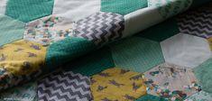 Baby - Patchwork - Quilt- Decke (hier noch ohne Quiltmuster) - Handgenäht (maschinell gequiltet) - Englisch Paper Piecing  #decke #patchwork #babydecke #nähen #nähenfürkindern #nähenmachtglücklich #epp #englischpaperpiecing #quilten #lilleluett #nähenfürbabys #handnähen #elefanten #wolf #türkis #grau #gelb #hexies #hexagon