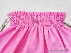 smok-elástico Sewing Ruffles, Sewing Elastic, Sewing Hacks, Sewing Tutorials, Serger Stitches, Smocking Tutorial, Embroidery Patterns Free, Sewing Techniques, Boho Shorts