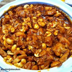 Botermalse cashew kip langzaam gegaard in o.a. ketjap en sojasaus. Door de slow coocker heb je er geen omkijken naar, maar in de oven gaat het ook prima.