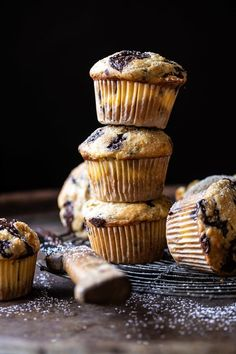 Cheesecake Stuffed Chocolate Chunk Banana Bread Muffins –> because sometimes 2 desserts in 1 is just what Friday needs. Cheesecake + banana bread + chocolate chunks = the trio that can do … Cheesecake Recipes, Dessert Recipes, Sweet Desserts, Dessert Ideas, Moist Banana Muffins, Oat Muffins, Most Delicious Recipe, Half Baked Harvest, Snacks