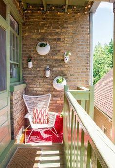 decoration balcon, chaise blanche, tabouret rouge, murs en briques, veranda en vert
