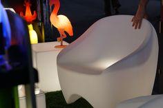 Decoração, detalhes da decoração, na AB Casa Fair com poltrona branca.