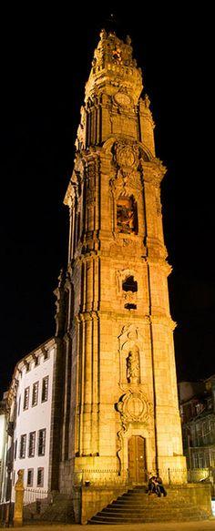 A bonita Torre dos Clérigos à noite, Porto -