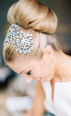 Acconciatura anni '60 con un mezzo cerchietto di brillanti. 60s #bride hairdo with lovely half hairband