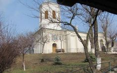 """Una dintre cele mai tenebroase legende din judeţul Vaslui este legată de locul unde a fost ridicată la începutul secolului XIX biserica """"Sfinţii Voievozi Mihail şi Gavril"""", locul cunoscut sub numele de """"Dealul spânzuraţilor"""" Mai, Romania, Places To Visit, House Styles"""