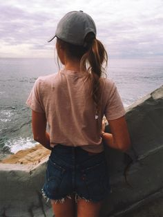 Hairstyles with a hat / casual summer outfits/ denim shorts outfit Mode Style, Style Me, Mode Outfits, Casual Outfits, Spring Summer Fashion, Spring Outfits, Style Feminin, Mode Shoes, Outfit Goals