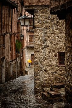 Alley in Albarracín, Teruel, Aragon, Spain (by Elle Draper) Things To Do In Italy, Romantic Things To Do, The Places Youll Go, Places To See, Medieval Village, Europe Street, Parasols, Umbrellas, Spain And Portugal