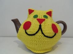 Yohan, cheeky cat tea cosy Plus Tea Cosy Knitting Pattern, Tea Cosy Pattern, Easy Knitting, Loom Knitting, Knitting Patterns, Tea Cozy, Coffee Cozy, Knitted Tea Cosies, Knit Dishcloth