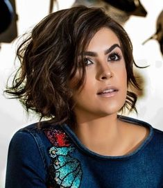 60 Layered Bob Styles: Modern Haircuts with Layers for Any Occasion - - Chin-Length Bob For Thick Wavy Hair Bobs For Thin Hair, Wavy Bobs, Layered Bobs, Layered Bob Thick Hair, Angled Bobs, Stacked Bobs, Long Layered, Layered Bob Hairstyles, Hairstyles Haircuts