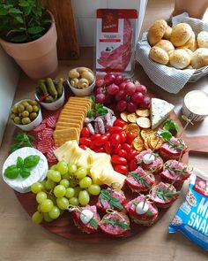 Snacks Für Party, Appetizers For Party, Grill Party, Snack Recipes, Healthy Recipes, Tasty, Yummy Food, Food Decoration, Food Platters