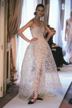 Chanel Printemps 1997 Couture Chanel Spring 1997 Couture Fashion Show Collection: See the Chanel Spring 1997 Couture collection. Chanel Couture, Chanel Chanel, Couture Mode, Style Couture, Couture Fashion, Collection Couture, Fashion Show Collection, Karl Lagerfeld, Chanel Vestidos