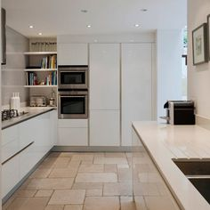 Minimal Kitchens White, slick, handle-less and clean - this is how I would love my kitchen to be :) Handleless Kitchen, Cocinas Kitchen, Minimal Kitchen Design, Minimalist Kitchen, Kitchen Corner, New Kitchen, Kitchen White, Elegant Kitchens, Beautiful Kitchens