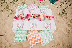 Ein erfrischend schönes Inspirationsshooting für eine Strandhochzeit | Friedatheres.com