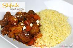 Een heerlijk gerecht, stifado met orzo. Stifado is een Grieks stoofgerecht met kleine sjalotten en knoflook met een zalige smaak!