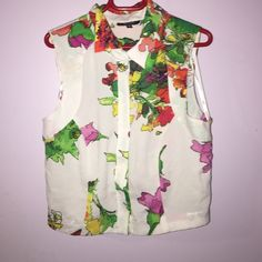 Collared crop top! White and floral cropped top! Super cute with skirts. XOXO Tops Button Down Shirts