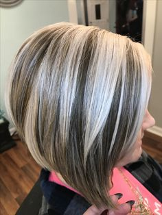 Brown et les blondes soulignent par Victoria Mickle - Cheveux gris - Cheveux Short Grey Hair, Short Hair Cuts, Short Hair Styles, Hair Foils, Gray Hair Highlights, Short Shag Hairstyles, Transition To Gray Hair, Hair Color And Cut, Hair Inspiration