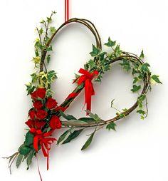 Il 14 febbraio potrebbe essere l'occasione per festeggiare la persona amata con un piccolo dono. Per ritrovare un po' di semplicità, vi proponiamo una realizzazione fai-da-te, facile ed economica (bastano meno di dieci euro) ma di grande effetto e valore simbolico. San Valentino, Euro, Wreaths, Door Wreaths, Deco Mesh Wreaths, Floral Arrangements, Garlands, Floral Wreath, Garland
