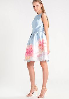 SHARON - Cocktailkleid / festliches Kleid - blue. #Klieder #sommer #sommerkleider #fashion #zalando Verschluss:Reißverschluss. Ausschnitt:Rückenausschnitt. Futter:100% Polyester. Material Oberstoff:100% Polyester. Gesamtlänge:94 cm bei Größe 36. Pflegehinweise:Handwäsche. Muster:geblümt. Passform...
