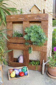 Une tendance en matière de recyclage de palettes, croisée à de maintes reprises sur le net, est le jardin vertical... Rien de plus simple. Pour celle-ci j'ai enlevé deux planches sur le dessus de la palette pour créer des ouvertures (ce qui donne l'impression...