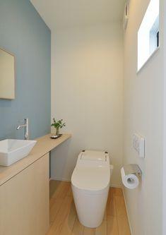 #注文住宅 #デザイン住宅 #一戸建て #設計事務所 #インテリア #エクステリア #トイレ #アクセントウォール Washroom Design, Bathroom Design Luxury, Bathroom Design Small, Small Toilet Design, Muji Home, Japanese Style House, Modern Toilet, Bathroom Toilets, Paint Colors For Home