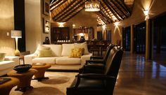 Vuyani Safari Lodge: Swap safari stories with other travelers over a drink in the lounge at dusk.