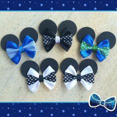 Laços Mickey confeccionados em fita de cetim com bolinhas, orelhinhas em EVA e elástico para amarrar. Você pode escolher entre: - embalagem padrão contendo 10 pares em cores variadas - escolher as cores de acordo com a sua preferência para compor a sua embalagem com 10 pares. Se escolher ess...