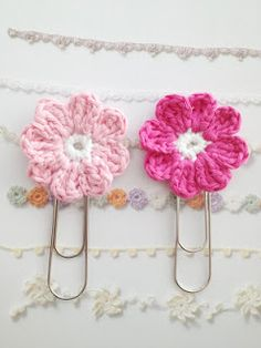 Crocheted flowers on a paper clip. English instructions near the bottom on the post. Featured on Fab Featured DIYs - Craftown.com