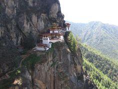 Tigernest-Kloster (Bhutan)  Das Taktshang wurde 1692 im Himalaya eröffnet und bietet führenden Buddhisten seither Ruhe sowie eine erstklassige Aussicht. Nur zu Fuß oder mit dem Maultier erreichbar. Über den lausigen ÖPNV im Paro-Tal beschwert sich schon lange keiner mehr – buddhistischer Gleichmut.