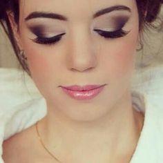 Maquiagem de noiva: sombra esfumada e batom rosa.