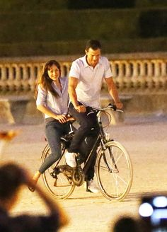 Jamie Dornan & Dakota Johnson Film 'Fifty Shades' on Bicycles! Dakota Johnson and Jamie Dornan ride a bike and can't stop smiling while filming the Fifty Shades movies on Tuesday (July in Paris, France. 50 Shades Freed, Fifty Shades Darker, Fifty Shades Of Grey, Fifty Shades Series, Fifty Shades Movie, Dakota Johnson, Jamie Dornan Ni, Jaime Dornan, Cristian Grey
