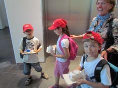 Crianças ganham bolo em forma de carro em visita ao Audi Forum em Ingolstadt - Alemanha