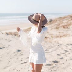 Beige hat and white combi