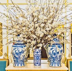A little bit of chinoiserie blue and a little combination of gold plated. Creating a fresh and elegant concept. Delft, Art Chinois, Blue And White Vase, Cherry Blossom Flowers, Chinoiserie Chic, Blue China, White Decor, White Porcelain, Beautiful Flowers